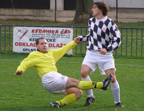 Fotbalisté Sadské byli nejlepším okresním celkem v nejnižší krajské soutěži. Pomohl k tomu i útočník Hrdlička (vpravo), který v dresu Sadské  nastřílel v uplynulé sezoně sedm branek.