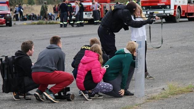 Na branném dnu v bývalém vojenském prostoru u Milovic se představili policisté, hasiči i záchranka.