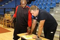 NOVÝ HRÁČ nymburského týmu Thomas Massamba už naslouchá rad nymburského trenéra Kestutise Kemzury