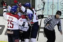 Hokejisté Nymburka (v bílém) zvítězili v dalším střetnutí druhé ligy, když doma pokořili Děčín třemi zásahy. Sami neinkasovali.