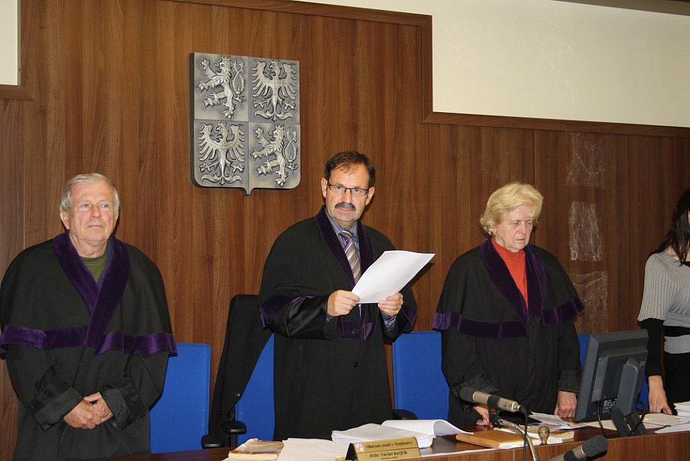Soudní senát, soudce Krejčík čte rozsudek