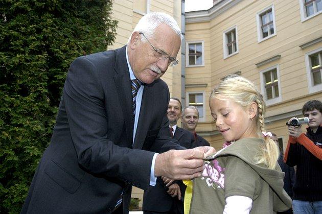 Prezident Václav Klaus dekoroval dnes ráno prvňáky v Sadské.
