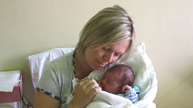 ŠESTILETÁ ELLA SE DOČKALA BRÁŠKY. Matouš Kratochvíl se narodil 10. června 2012 v 18.50 hodin s mírami 3 870 g a 53 cm. Do Nymburka si ho odvezli rodiče Jana a Martin za sestřičkou Ellou.