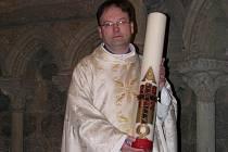 Vysoká svíce zvaná paškál se rozsvěcuje při Velikonoční bohoslužbě na Bílou sobotu.