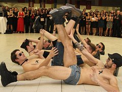 PARÁDNÍ VYSTOUPENÍ předvedli fotbalisté lyského Slovanu na svém reprezentačním plese, kde pobavili všechny přítomné