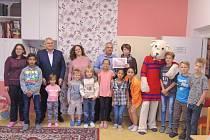 Předání finančního daru pro Dětský domov v Nymburce.