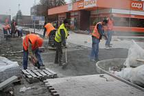 Práce na dlažbě a dalších úpravách v ulici Letců R.A.F. před samoobsluhou a Skleníkem finišují