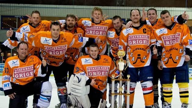 Vítězné mužstvo turnaje Dream team Námestovo, druhý zprava je Poděbraďák Šimon Havlina