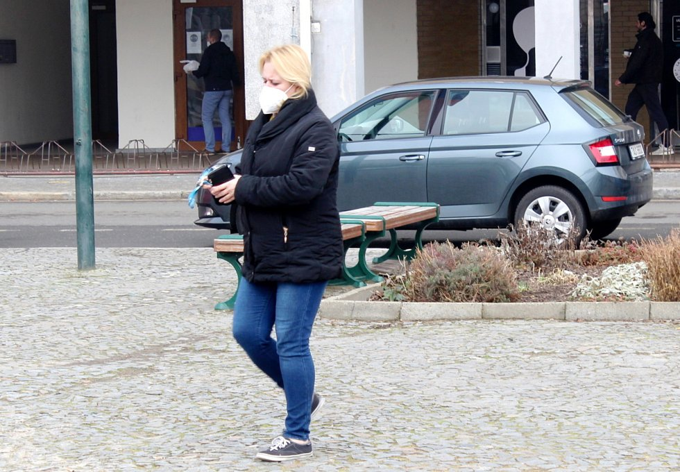 Nařízené respirátory měla na nymburském náměstí ve čtvrtek většina fotografovaných.