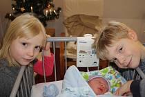PÉŤA PO MÁMĚ. PETR TOČÍK se narodil 7. prosince 2016 v 22.15 hodin. Vážil 3 360 g  a měřil 49 cm. Jeho rodiče Petra a Milan už mají doma v Poděbradech Milánka (8) a Elišku (6). Při fotografování zapůjčil na chvilku miminko Milánek. Jinak ho nedal z ruky.