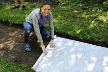 Městečtí dobrovolníci upravují Jiráskovu stezku, aby se opět stala cílem vycházek místních.