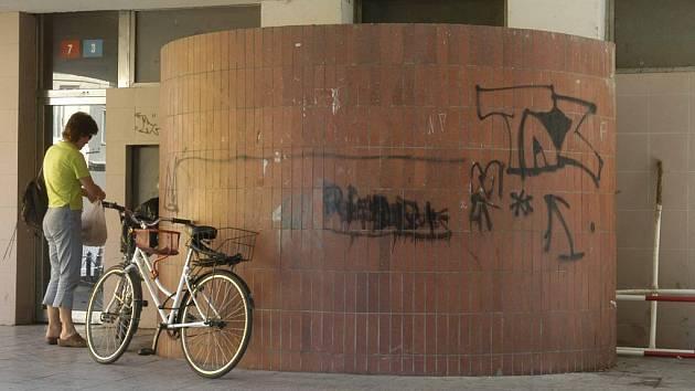 Výklenek, který někteří využívají jako veřejné záchodky