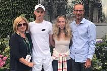 PAN ÚSPĚŠNÝ. Mladý tenista Michael Vrbenský se podělil o radost ze svých úspěchů s rodinou