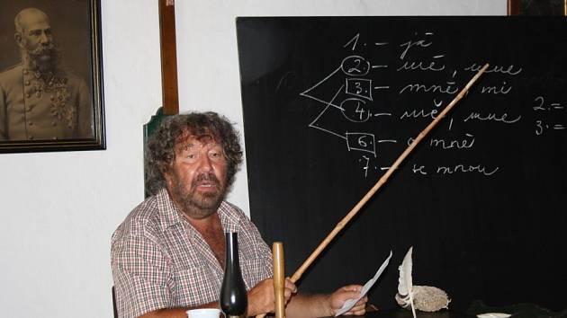 Režisér Zdeněk Troška přijel do přerovského skanzenu s ukázkami kostýmů ze svých pohádek a při té příležitosti dával zájemcům diktát ve staré škole.