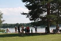 Poděbradské Jezero má vodu vhodnou ke koupání.