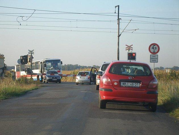 V pondělí mezi sedmou a osmou hodinou ranní přerušily provoz spuštěné závory na železničním přejezdu mezi Nymburkem a Kamenným Zbožím.
