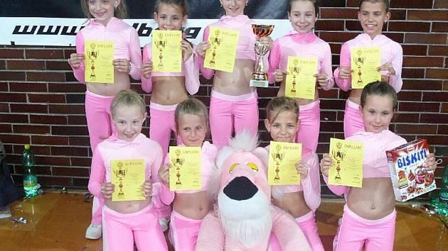 Děvčata z poděbradského oddílu aerobiku, která získala se skladbou Pink Panther zlaté medaile