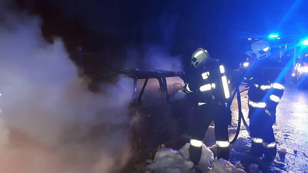 Auto po nehodě u Vlkova pod Oškobrhem začalo hořet.