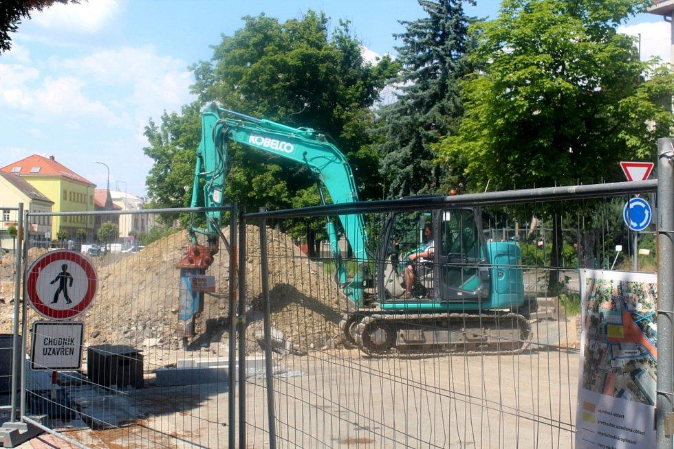 V pondělí kolem druhé odpoledne se na staveništi pohyboval jeden bagrista a čtyři dělníci ve výkopu.