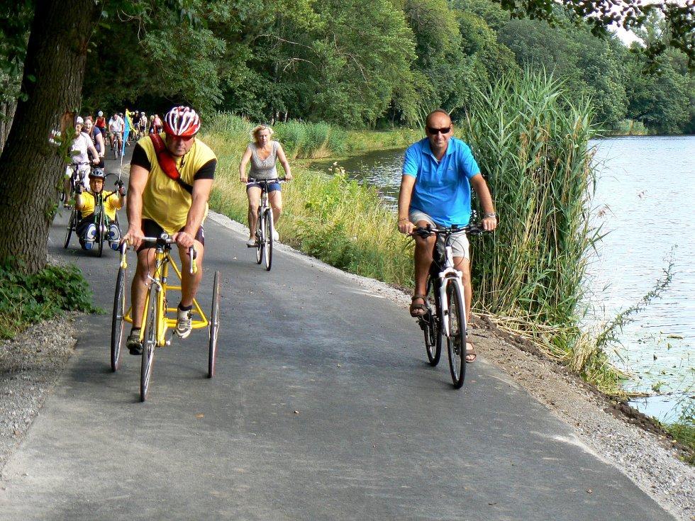 Zkušební jízdy po opravené cyklostezce se zúčastnilo zhruba 50 jezdců.