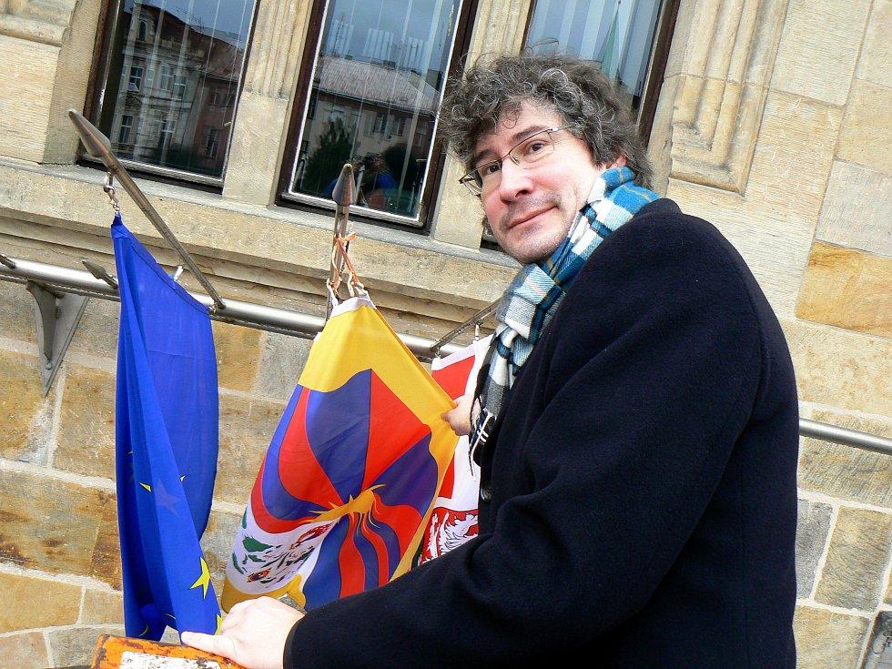 """Tibetká vlajka zavláva v pátek ráno na 751 radnicích v celém Česku. Mezi nimi je i radnice v Nymburce. """"Vnímáme to jako symbolickou podporu vyjádřenou nejen tibetskému lidu, ale všem utlačovaným národům,"""" řekl starosta Nymburka Pavel Fojtík (na snímku)."""