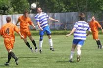 Fotbalisté Jíkve (v pruhovaném) doma prohráli s Libodřicemi 1:2
