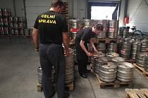 Pivovar Nymburk pivo kvůli pandemii vylil pod dohledem středočeských celníků do kanálu.