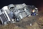 Nehoda nákladního auta zkomplikovala v neděli provoz na dálnici D11 na Nymbursku.