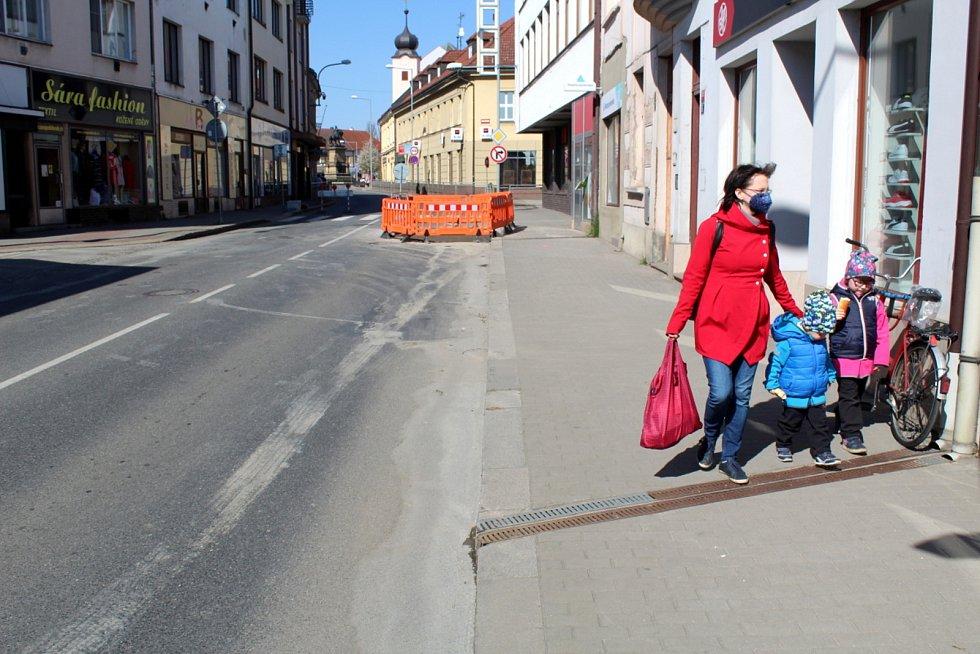 Uzavřena je pro motoristy část Jiřího náměstí v Poděbradech, musí na objížďku.