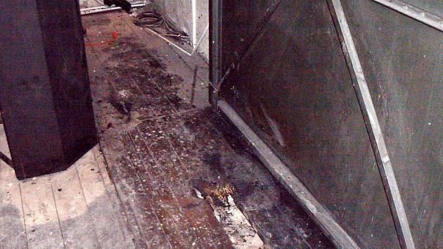 Ohořelá podlaha na jevišti Hálkova divadla