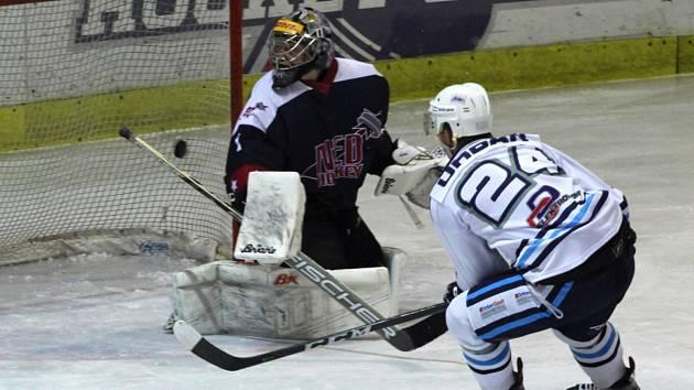 Hokejisté Nymburka (v tmavém) prohráli v dalším kole 2. ligy na svém ledě s lídrem z Vrchlabí 2:5.
