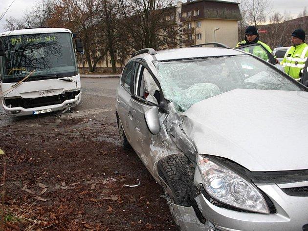 Do školního autobusu narazil osobní vůz Hyundai