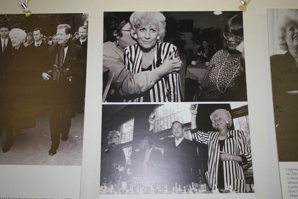 Olga Havlová na fotografiích českých fotografů. Výstava v nymburské knihovně