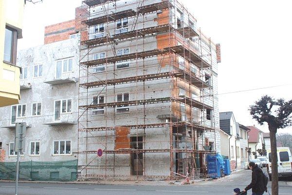 Na Nároďáku jsou hotová okna, osazené balkony a vnitřní příčky bytů.