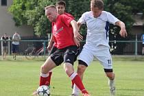 Jan Fořt (v bílém) se snaží přelstít hráče Rejšic.