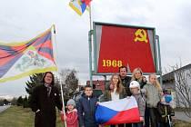 V Sadské vyvěsil tibetskou vlajku Jaroslav Bahník s přáteli.