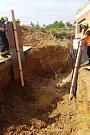Výkopové práce při stavbě domu v Davli skončily tragédií.