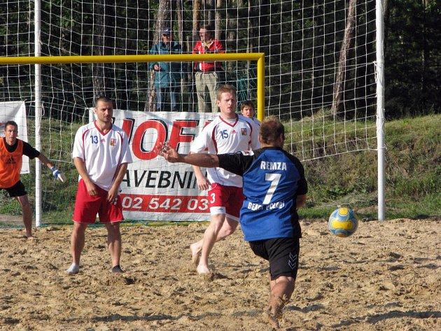 Z utkání v plážovém fotbale v Semicích.