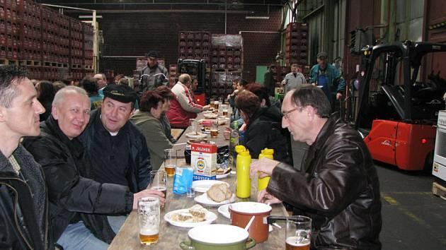 Zaměstnanci Pivovaru Nymburk měli tradiční zabíjačku.