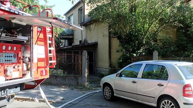 K požáru rodinného domu na rohu ulic Za Drahou a Potoční vyjeli hasiči z Nymburka časně ráno. Po uhašení plamenů bohužel objevili ohořelé lidské tělo.