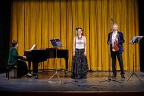 Pěvkyně Jana Ryklová spolu s klavírem Natalie Shonert a houslemi Alexandra Shonert.