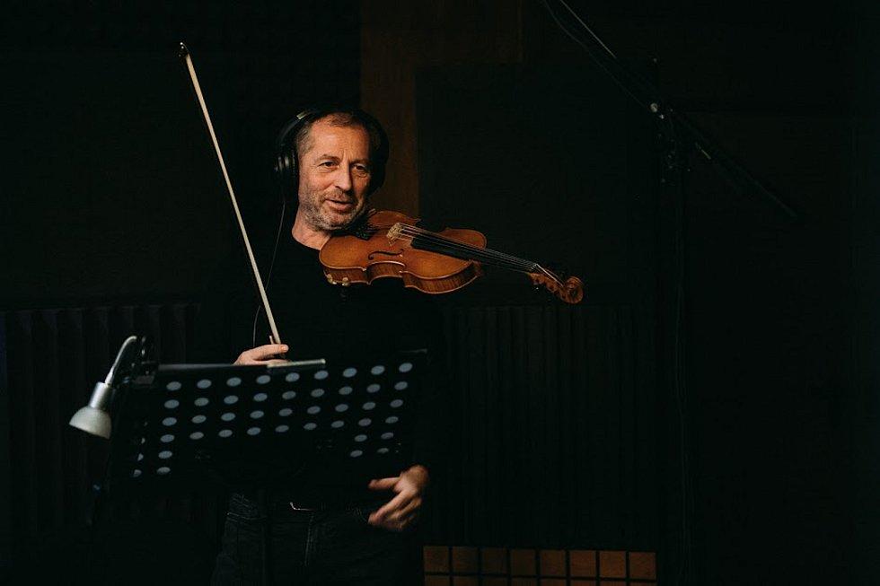 Známí hudebníci vytvořili 15 rodinných písní pro dobrou věc.