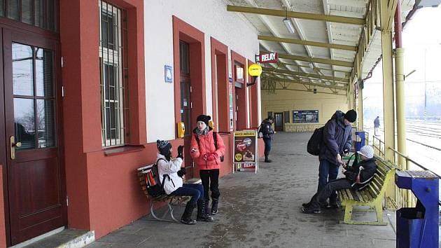 Čekárna na čelákovickém nádraží je denně od 21 hodin zafvřená.