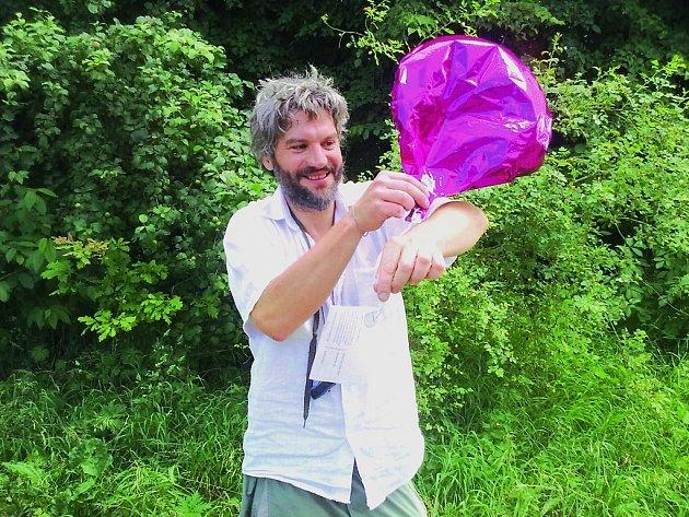 SVATEBNÍ BALÓNEK uletěl z Drážďan do Nymburka 135 kilometrů vzdušnou čarou. Na snímku ho drží jeden z nálezců Richard Hanus z Nymburka.