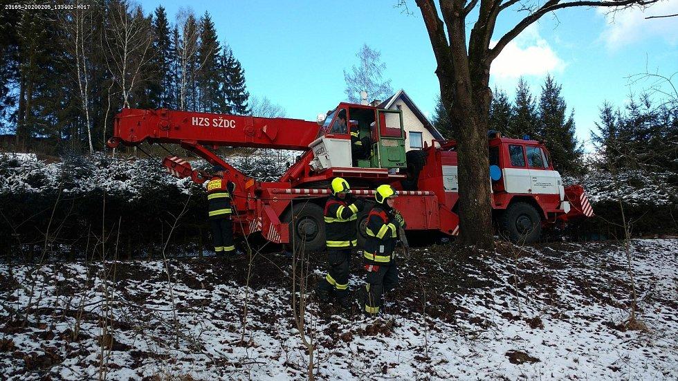 Nymburští drážní hasiči pomáhali u nehody, při níž vlak najel na spadlý strom. Foto: archiv drážních hasičů