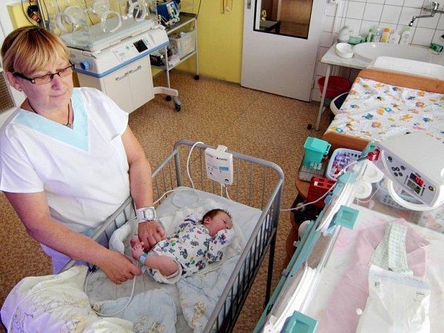 OXYMETR pomáhá při měření nasycení krve kyslíkem. Nemocnice jej využívá při odhalování skrytých srdečních vad u novorozenců, existují ale i varianty pro domácí použití.