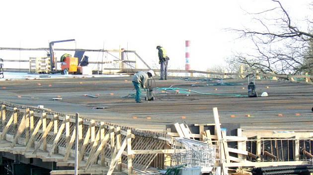 Stavba poděbradského nadjezdu pokračuje.