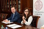 Memorandum o spolupráci Středočeského kraje a Karlovy univerzity, jehož platnost není časově omezena, podepsali ve středu hejtmanka Jaroslava Pokorná Jermanová (ANO) a rektor Tomáš Zima.