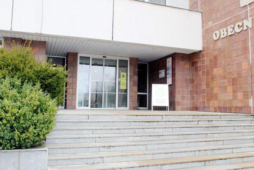 Do očkovacího centra se vstupuje hlavním vchodem do Obecního domu.