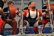 Silový trojbojař Sokola Nymburk Milan Špingl při pokusu ve dřepu, v němž pokořil 422,5 kilogramu